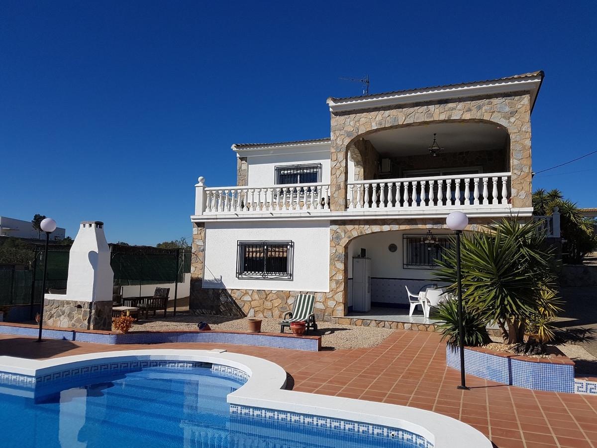 This lovely 2 storey house of 366m2 with separate guest accommodation is situated in a small urbaniz, Spain
