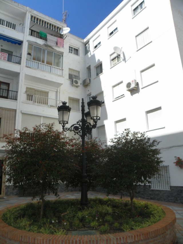 Opportunity to purchase a very spacious 2 bedroom apartment  located in the center of the town of Al,Spain