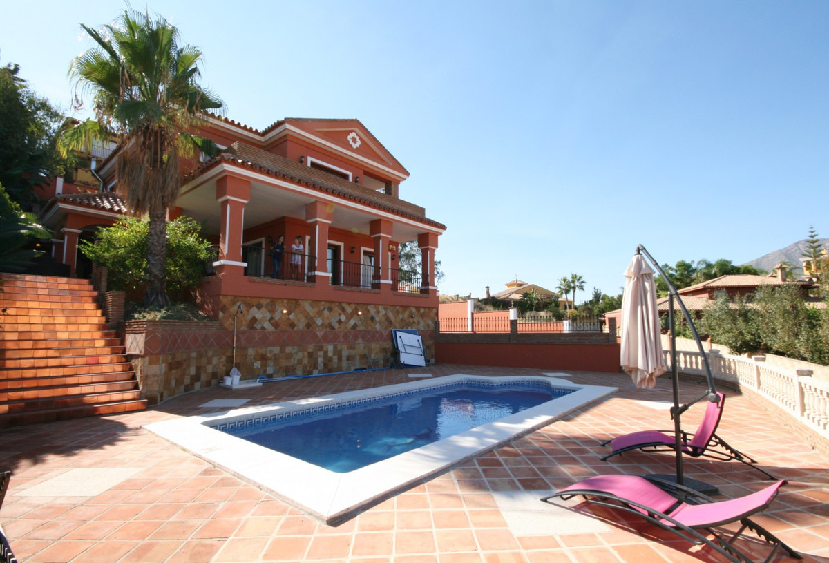 Situated in La Sierrezuela, we find this marvellous villa, with all the comforts and qualities of a , Spain