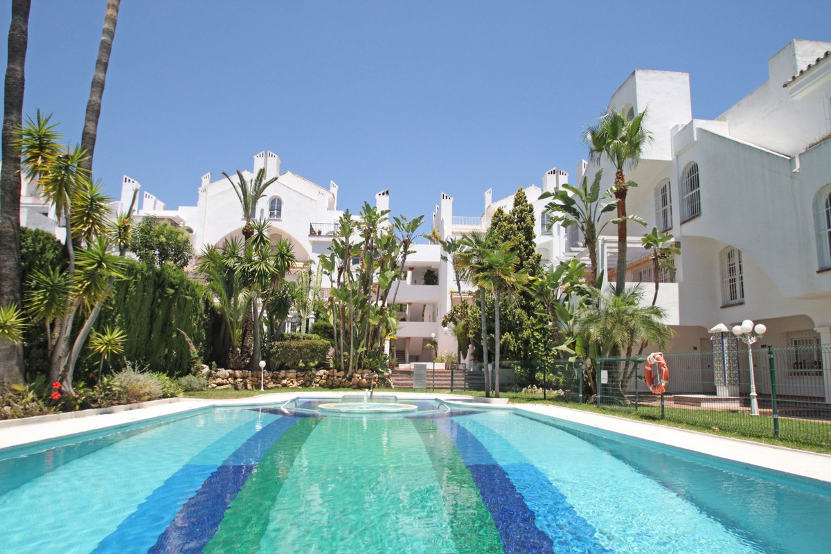 South facing three bedroom townhouse in a gated complex above the Golden Mile, just a five minute dr,Spain