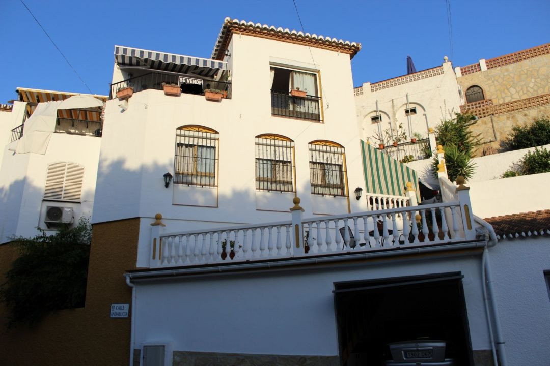 Lovely semi detached in Caleta del sol with views to the sea. The House is on two floors. On the fir,Spain