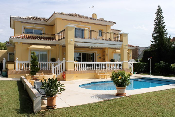 Detached villa in Paraiso Medio, a quiet residential location conveniently close to all amenities in,Spain