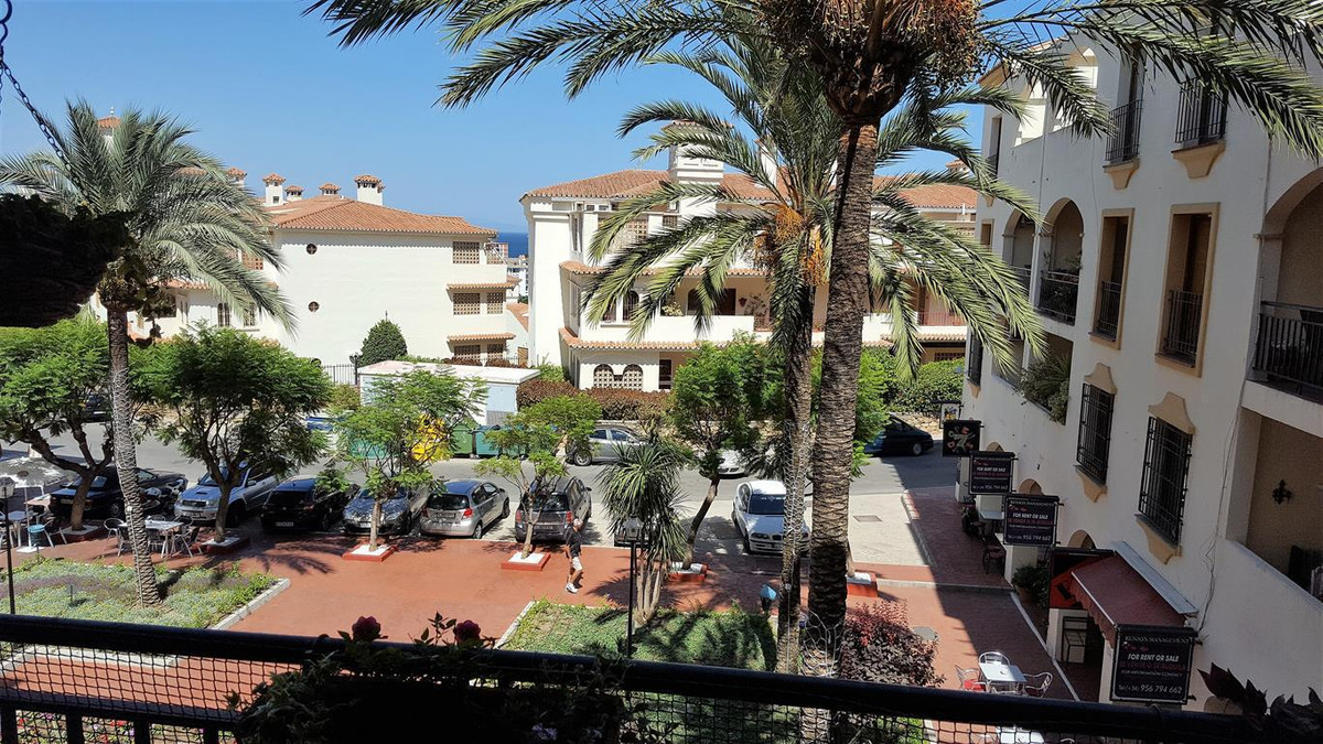 Close to amenities and only 8 minutes walk to Puerto de la Duquesa. Middle Floor Apartment, La Duque,Spain