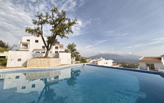 Beautiful apartments now available at La Mairena, 1,2 and 3 bedroom.  All the apartments at LA MAIRE,Spain