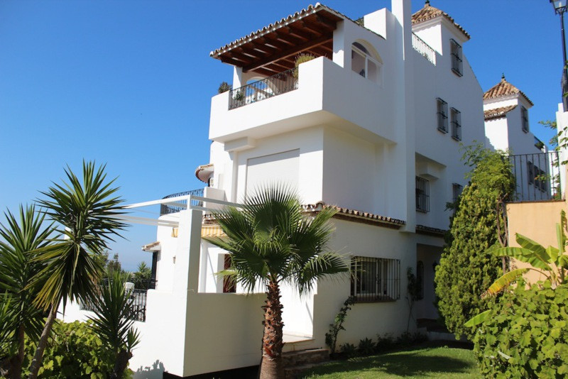 Fantastic 4 bed apartment in totally private gated urbanization. The set is designed in Arabic Medit,Spain