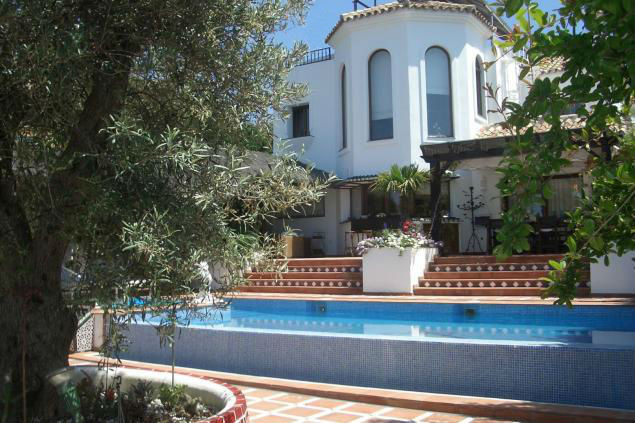 Beautiful and elegant villa in Marbella. The property has a plot of 877 sqm, an area of 597 sqm and ,Spain