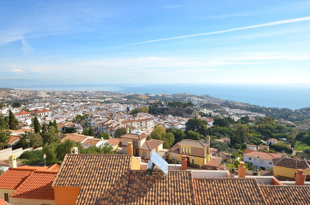 JUST REDUCED FROM 220.000 € to 199.950 €!  GREAT TOWNHOUSE WITH NICE SEA VIEWS located in Benalmaden,Spain