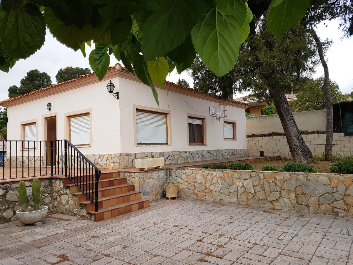 Country house in need of updating on a fenced and gated plot on 2 levels. Good access and quiet loca, Spain