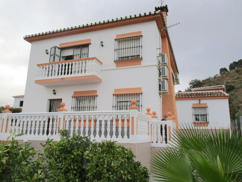 This quality built 5 bedroom, 2 bathroom detached villa enjoys an enviable location in a small Hamle, Spain