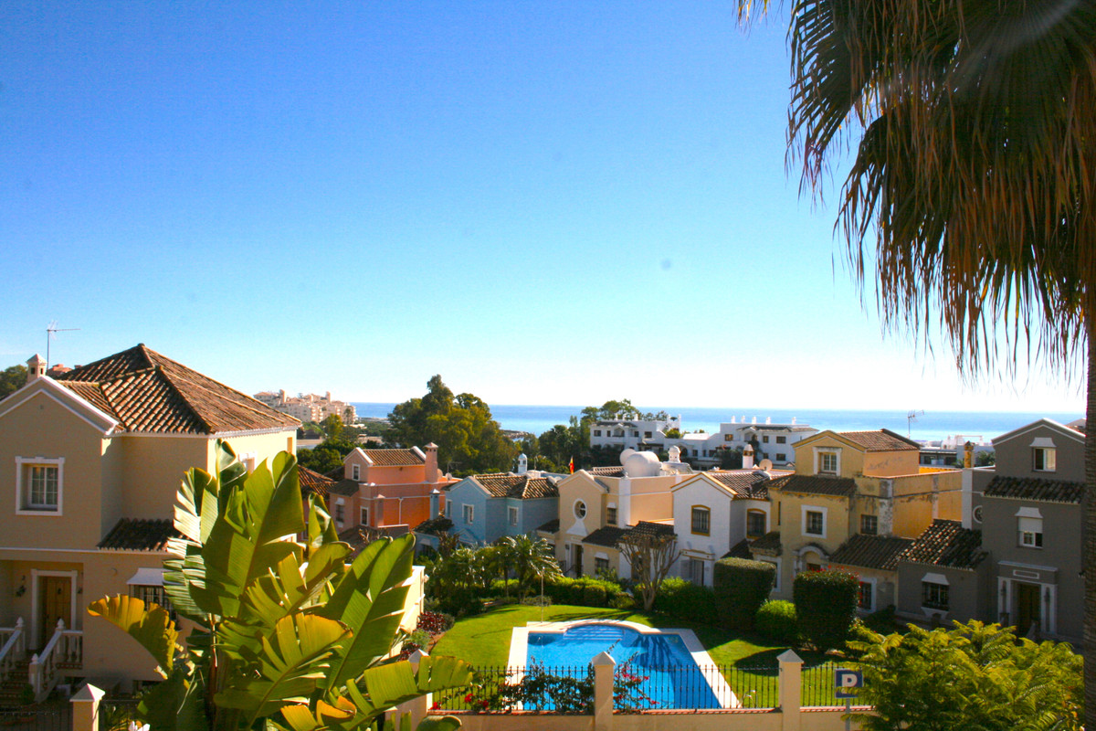 Welcome to this beautiful family house superbly located in a well established urbanisation just 5 mi,Spain