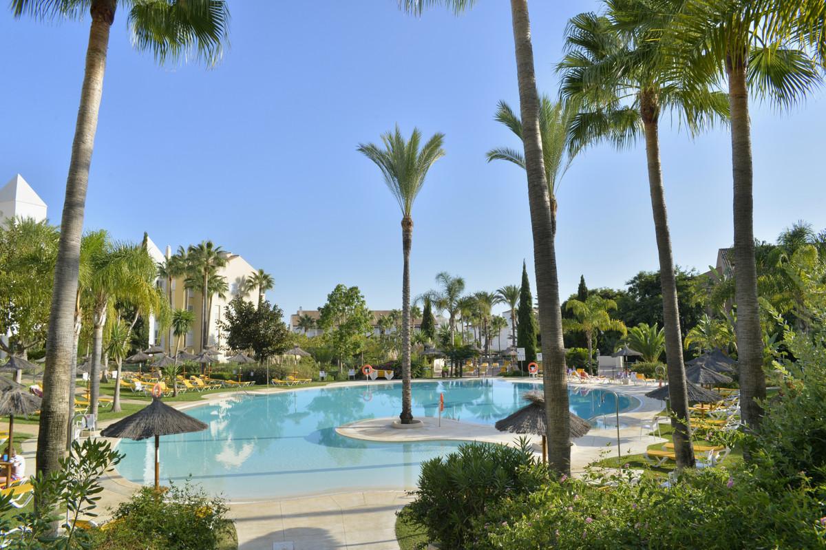 Apartamento Planta Baja, Bahia de Marbella, Costa del Sol. 3 Dormitorios, 2 Banos, Construidos 149 m,Spain