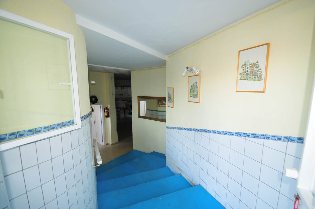 Large commercial premises with many possibilities, situated in residential area within the heart of ,Spain