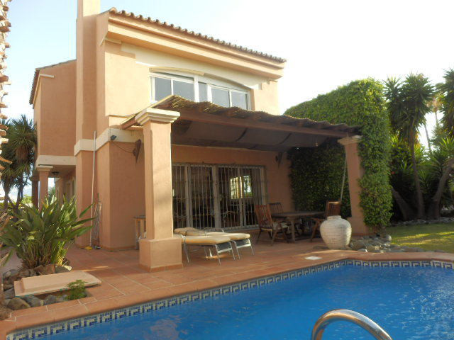 A detached villa with private swimming pool situated only 175 metres from the beach. This 4 bed prop Spain