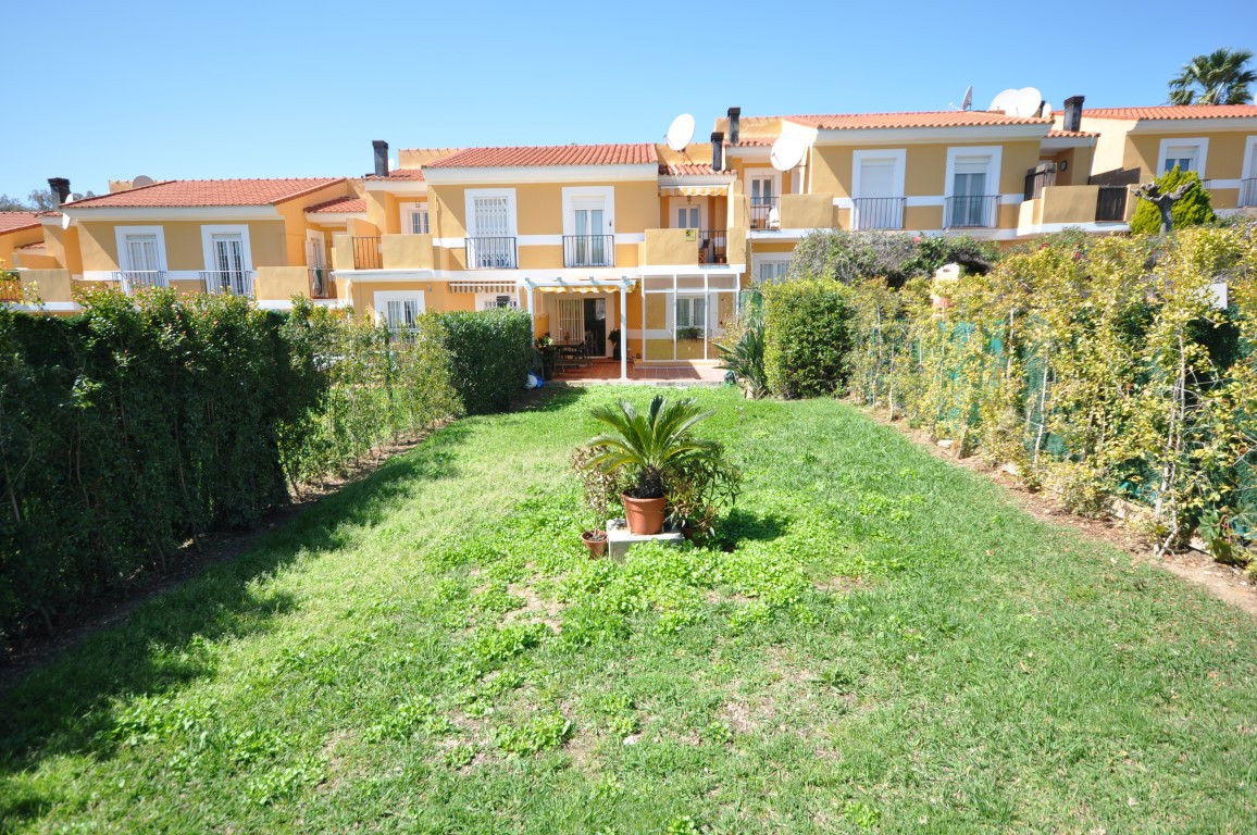 Beautifull townhouse located in the area of La Duquesa, only 1,5kms from the atractive marina where ,Spain