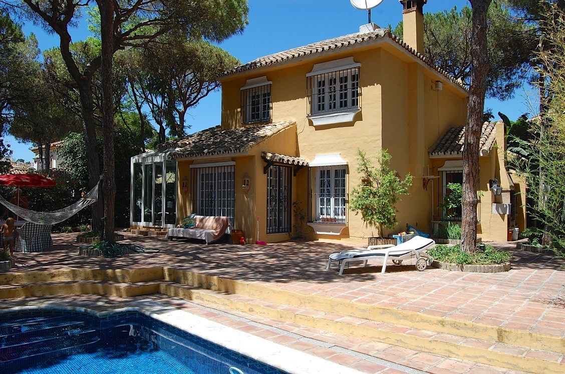 Detached villa in typical Spanish style located in Calahonda. It has 4 bedrooms with 3 bathrooms, on,Spain