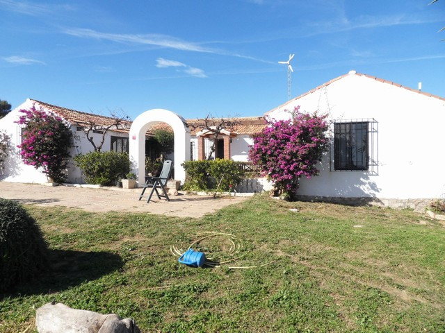 An unusual countyr set in a secluded location but only a 5 minute walk to the nearest Golf club &amp, Spain