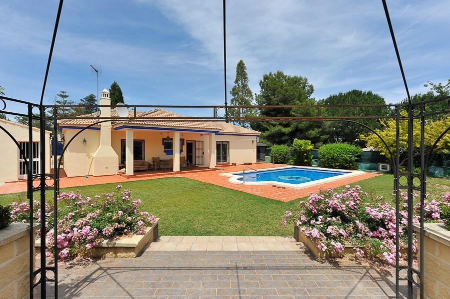 Independent villa, one floor, flat plot of 1,000m² and consist of: fully equipped kitchen with Acces,Spain