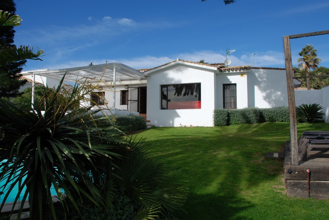 Wonderful reformed villa/bungalow consisting of 900 meters of land, located in one of the best devel, Spain