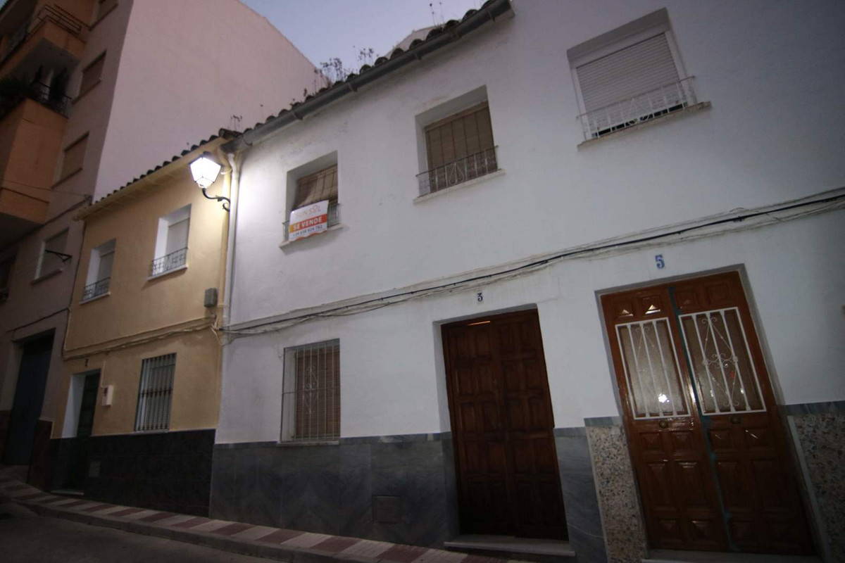 TOWNHOUSE FOR SALE IN COIN CENTRE Townhouse with terrace located in the centre of Coin.  The propert, Spain