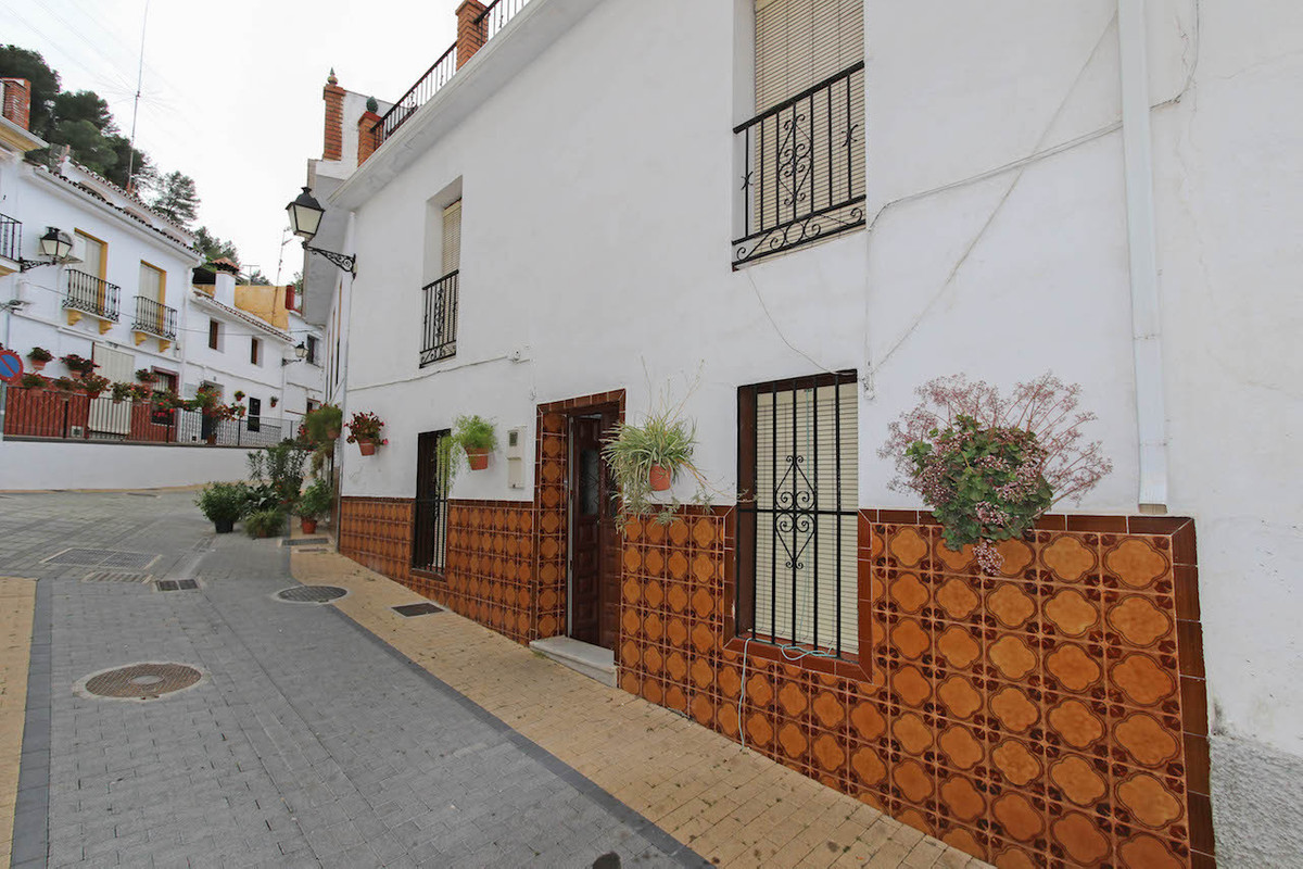 Townhouse in unbeatable location with bags of outdoor space.  With fantastic views of Monda Castle a,Spain