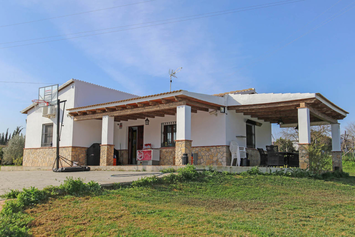 Country Villa located walking distance to the river, an idyllic setting and a totally flat plot.  Th, Spain