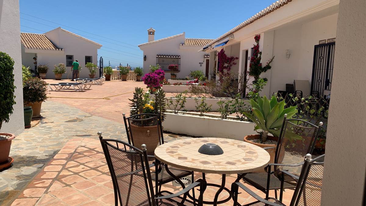 RENT SHORT TERM 2018:  MAY 2000 € JUNE 2500 € JULY 3000 € AUG 3500 €  Fantastic townhouse located in,Spain
