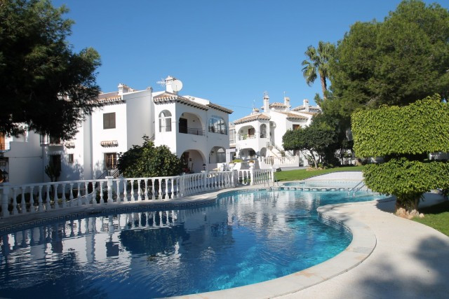 Top floor 2 bedroom apartment with solarium, located just on the outskirts of the town of Torrevieja, Spain