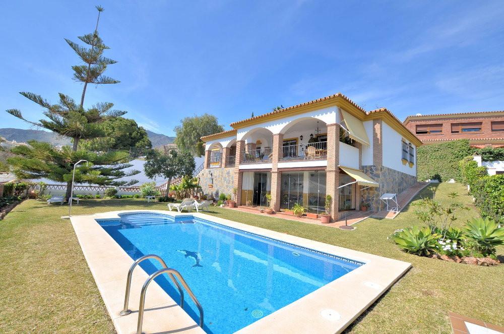 EXCLUSIVE VILLA WITH NICE VIEWS! Located in Arroyo de la Miel (Benalmadena). 972 m2 plot. Wonderful ,Spain