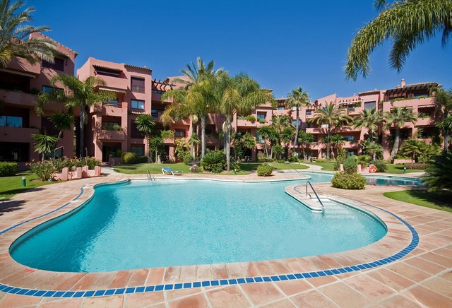 This Lovely 2 bedroom, 2 bathroom ground floor apartment is located in a front line beach gated comp, Spain
