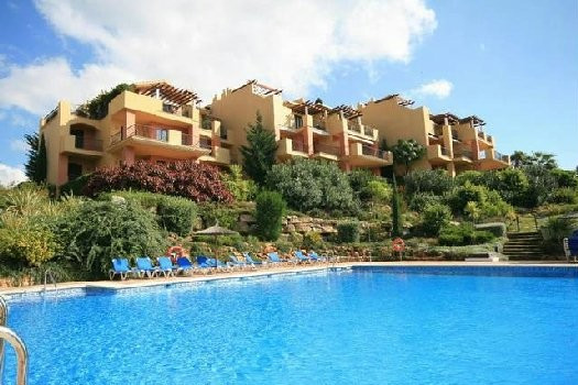 Near the Club house of Los Arqueros, this nice apartment has a beautiful excellent open sea and golf,Spain