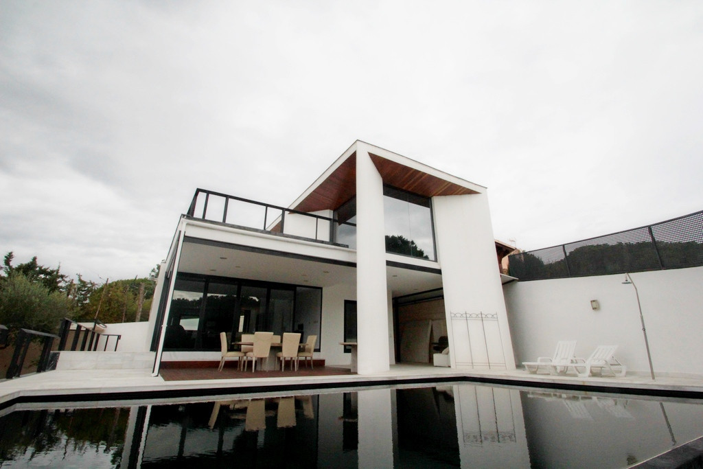 This four bedroomed modern villa is located within walking distance from the beach and offers 540m2 ,Spain