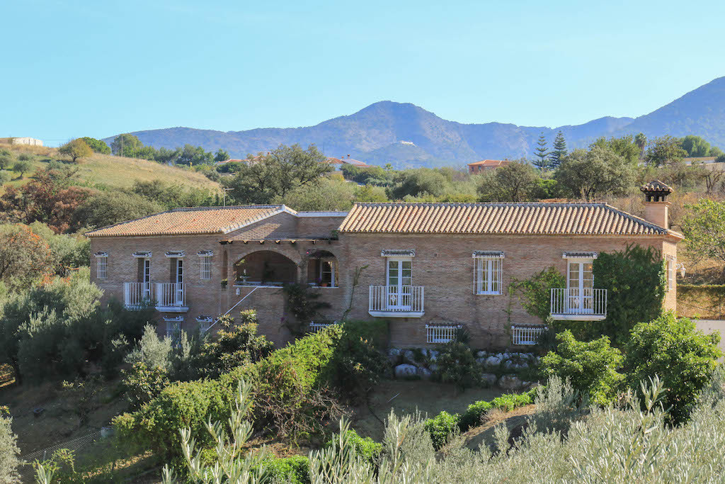 Set into the hillside with beautiful uninterrupted views of the mountains and surrounding countrysid,Spain
