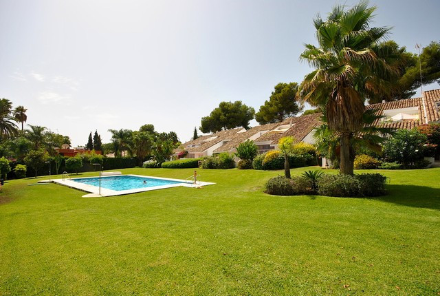 Beautiful and cosy ground floor apartment situated in central Nueva Andalucia within walking distanc, Spain