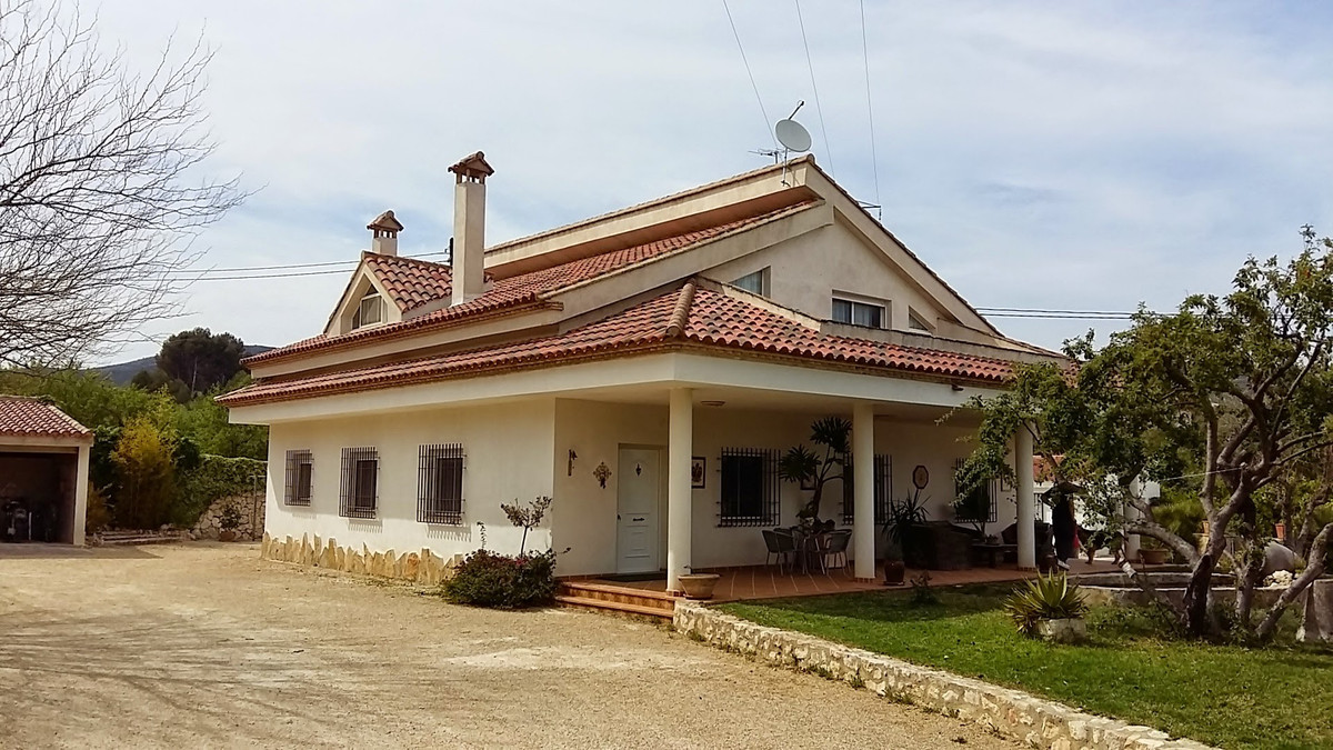 This beautiful and well maintained villa of 311m2 on a plot of 3.075m2 is close to town but on the c, Spain