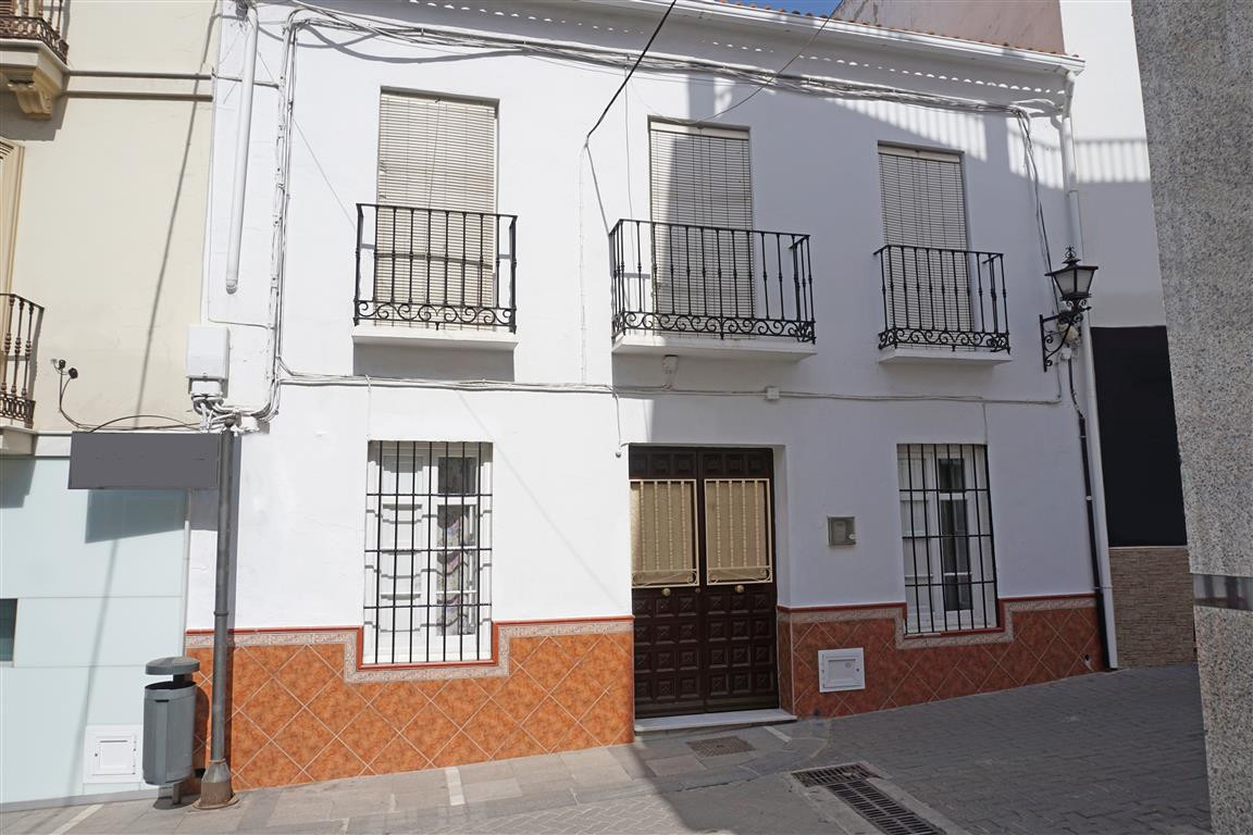 Spacious traditional townhouse right in the centre of Alhaurin El Grande. This property offers tons ,Spain