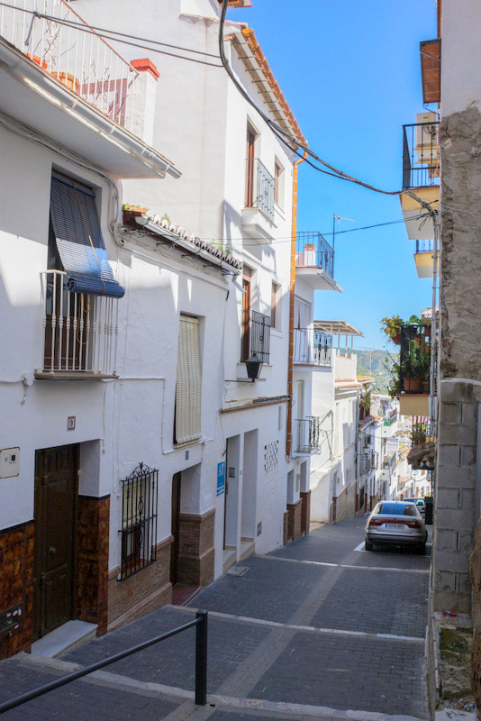 Business opportunity: We are honoured to have been asked to offer this complete block of 6 apartment, Spain