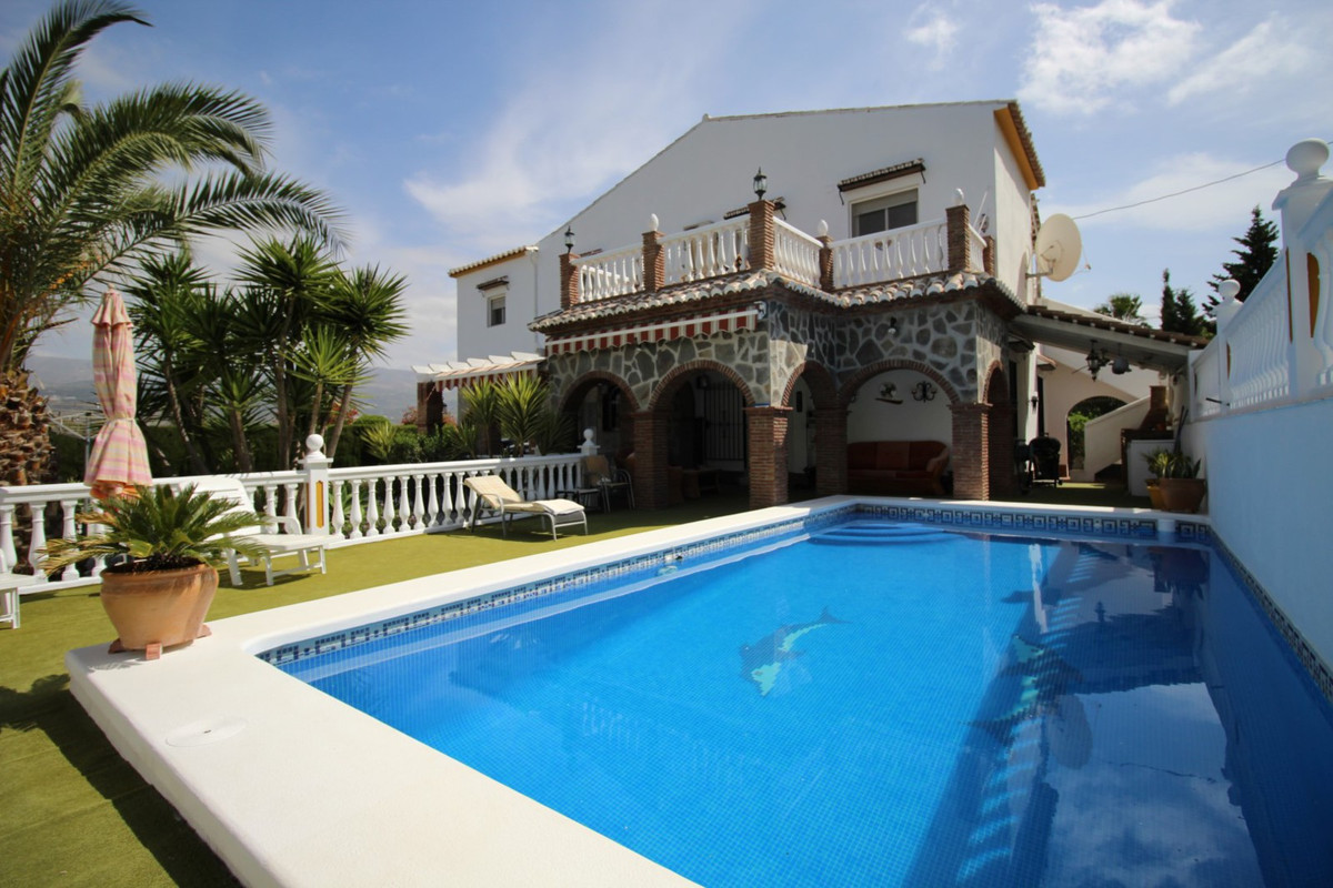 A truly luxurious home situated in a peaceful location with every detail cosidered. Here yoy drive i, Spain