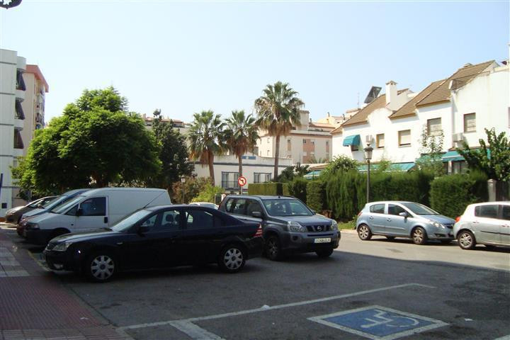 Completely renovated two years ago it sells a supermarket in Estepona. Located in a good neighborhoo, Spain