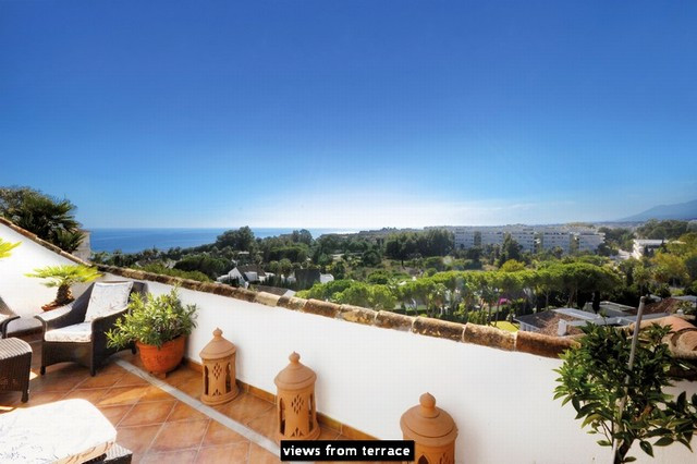 This elegant three bedroom penthouse is located in a gated residential complex with 24h reception an,Spain