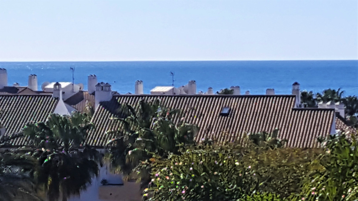 Middle floor apartment set in a wonderful urbaniazation only 200 m from the best beaches in marbella,Spain