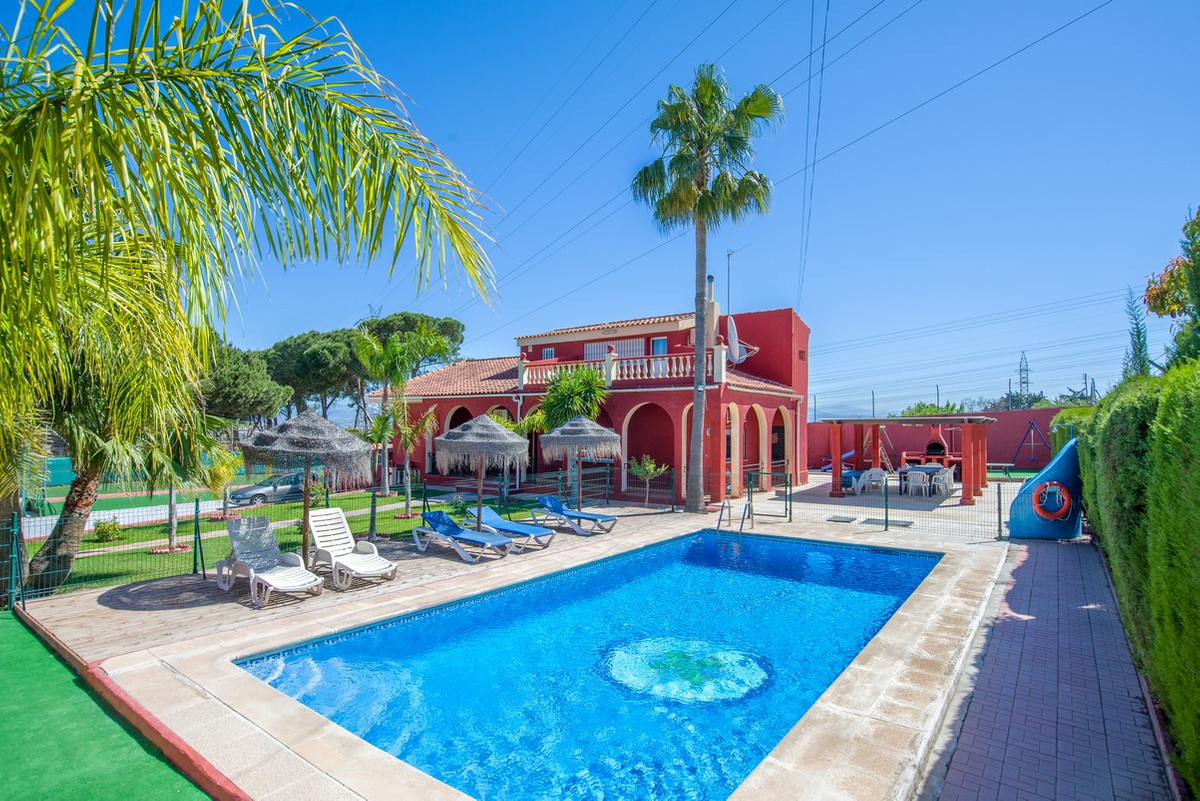 This 5 bedroom villa and 2 bedroom guesthouse are located on a large (almost 1,500 m2) plot in Pinos,Spain