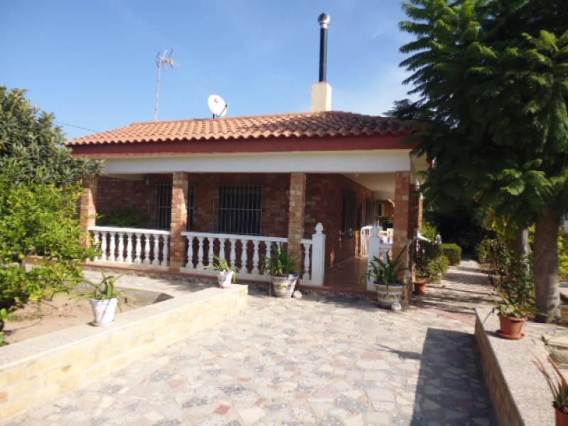 Chalet independiente de 3 habitaciones renovado en 2008 con garaje (2 cerrados y 1 abierto), piscina,Spain