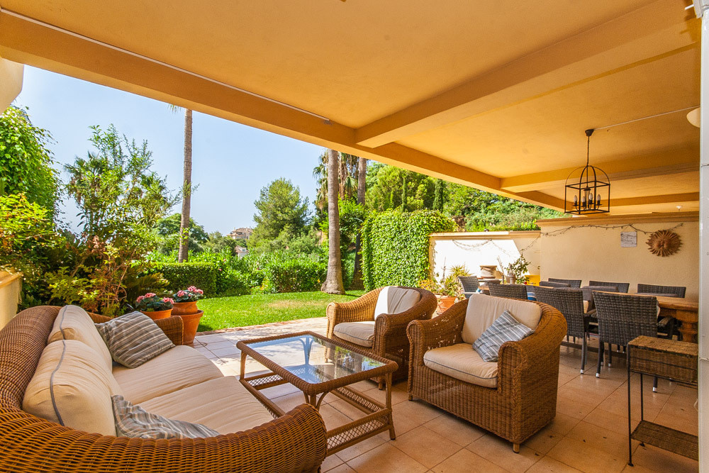FRONT LINE GOLF! Fabulous and spacious ground floor property in Elviria Hills with private garden an, Spain