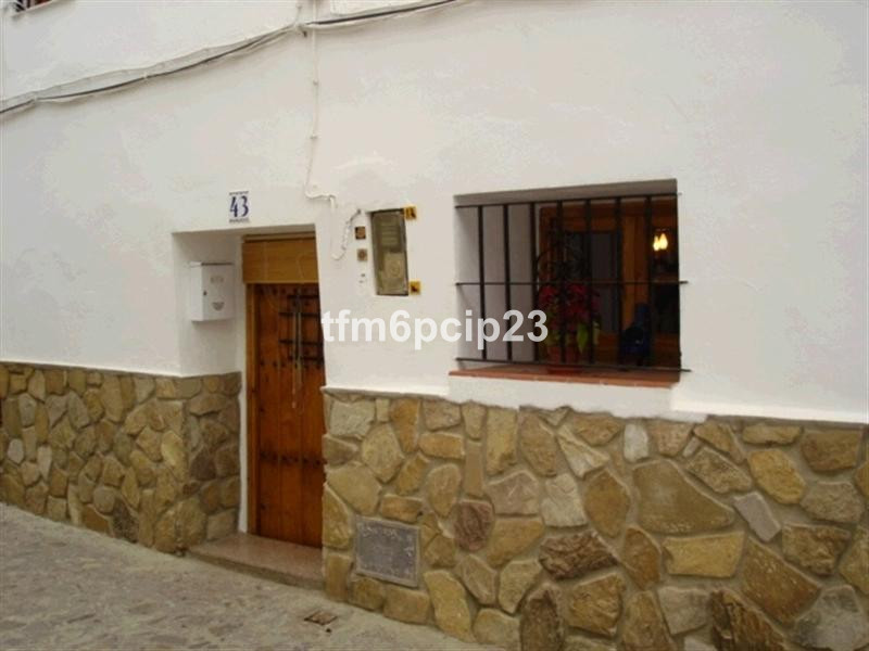 This is a 3 bedroom, 1 bathroom reformed townhouse whish is situated close to the picturesque castle, Spain