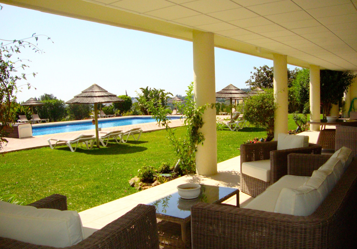 Hotel del Golf is an exclusive and modern community with 120 private luxury apartments with 24 hours,Spain