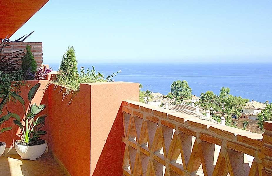 Sea views, excellent qualities and five minutes from the beach and seven golf courses. Magnificent p, Spain