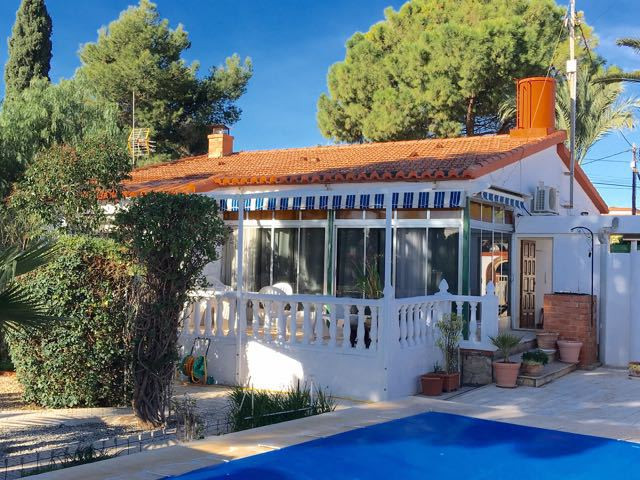 Charming 3 bedroom villa all on one floor, on flat plot in San Vicente near the university.  The pro,Spain