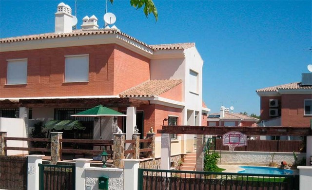Semi-detached villa, with 4 bedrooms and 4 bathrooms, South-west facing with views to the future Mon, Spain