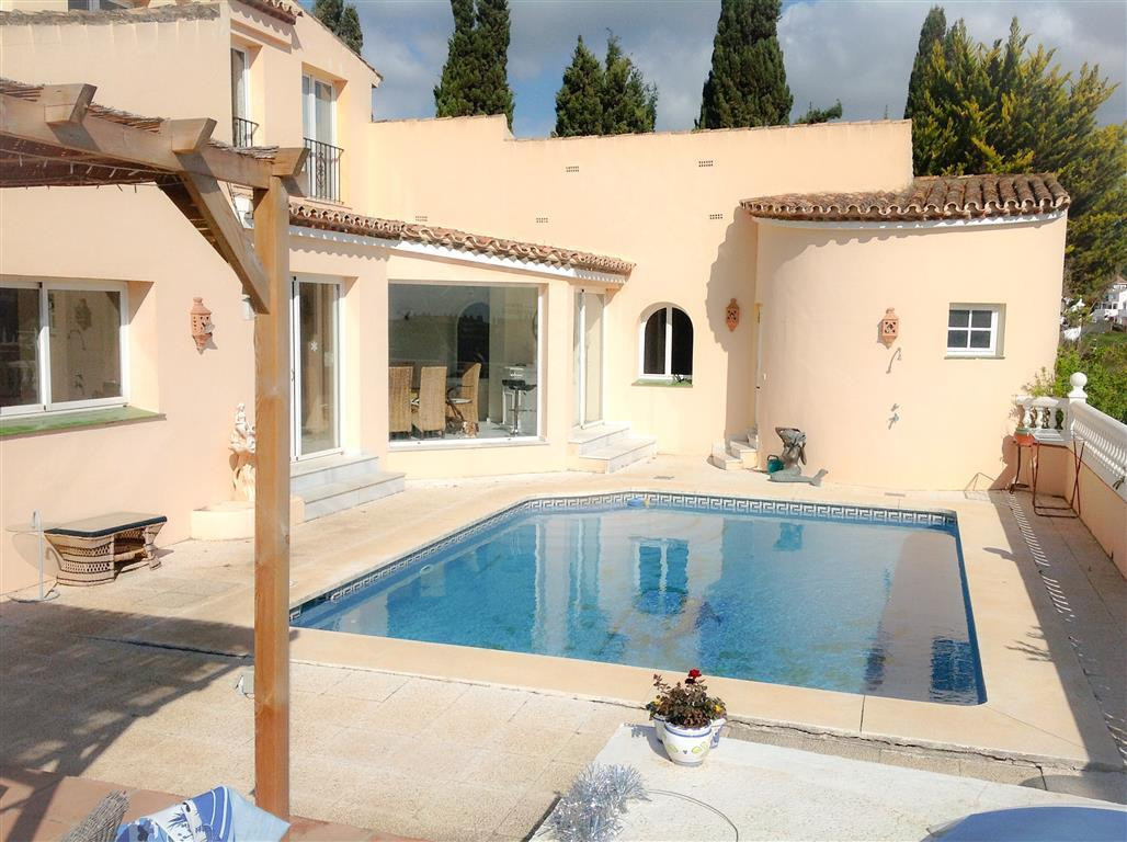 This villa of beautifull style, enjoys a superlocation in the area of La Duquesa, Its semi-elevated ,Spain