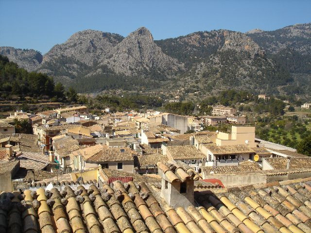 For sale townhouse in Bunyola of 3 floors of 124m2, entrance pedestrian street paved, spacious hall,,Spain